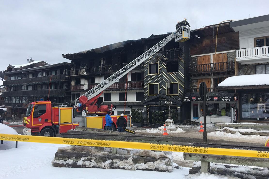 Petugas pemadam kebakaran memeriksa sebuah bangunan tempat dua orang tewas dan 25 lainnya terluka dalam kebakaran besar sebelumnya pada 20 Januari 2019 di resor ski Courchevel di Alpen Prancis.