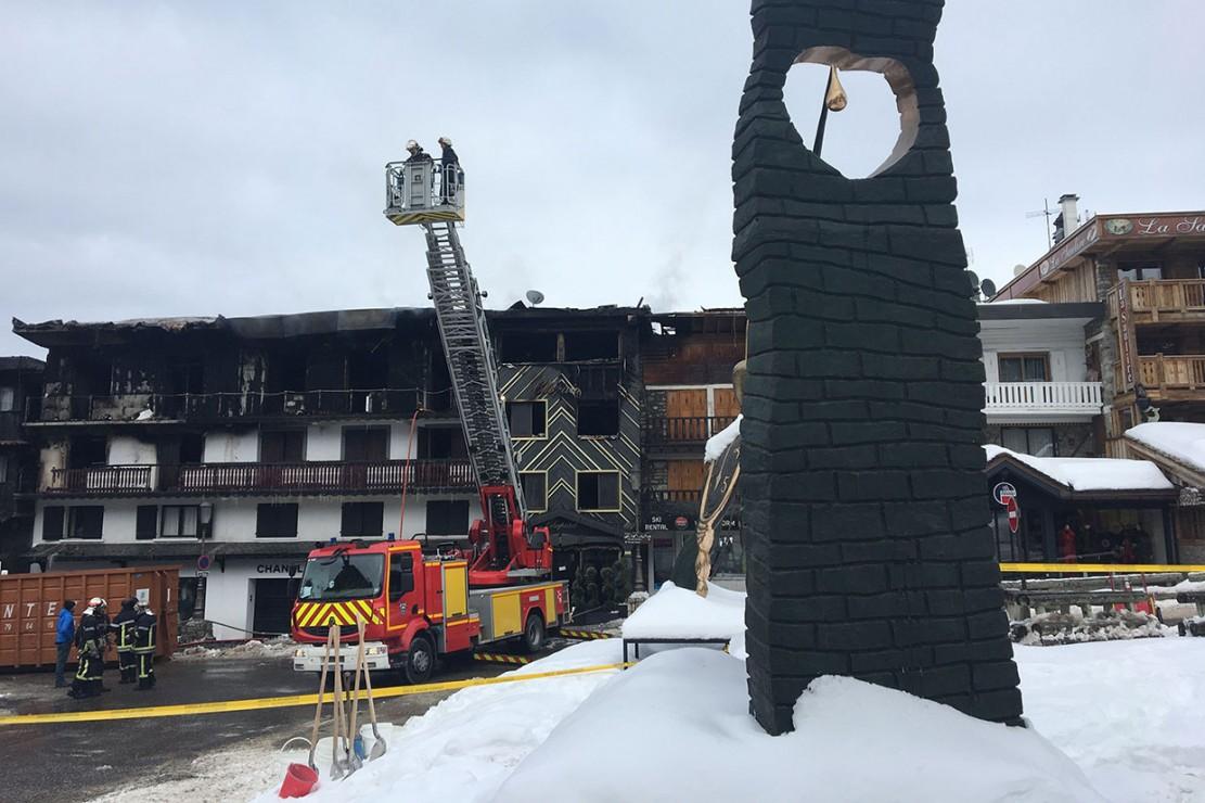 Kebakaran yang terjadi sebelum fajar tersebut memaksa evakuasi sekitar 60 pekerja resor, termasuk orang asing dari bangunan akomodasi tiga lantai.