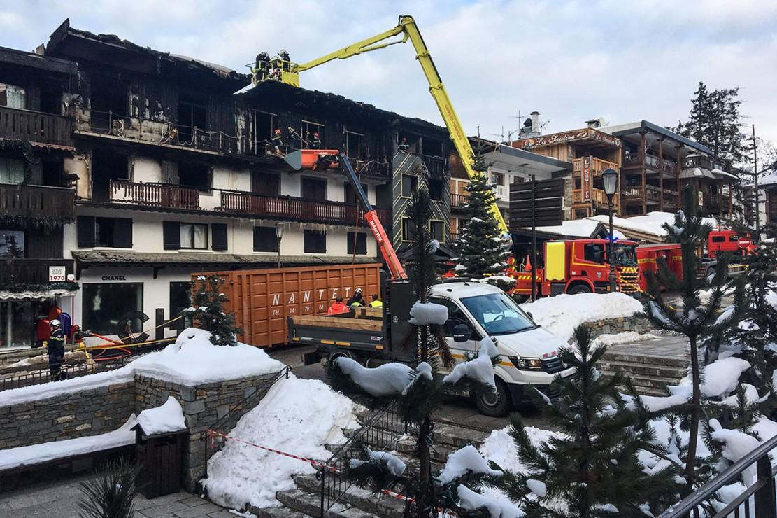 Petugas pemadam kebakaran menemukan dua jenazah tak dikenal di area gedung yang terbakar di stasiun ski Courchevel 1850 kelas atas. Tiga dari empat korban yang terluka parah diterbangkan ke rumah sakit dengan helikopter.