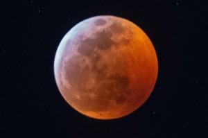 Dari pukul 04.41 hingga 05.43 GMT (selama satu jam dan dua menit) Bulan akan sepenuhnya berada di bawah bayangan Bumi. Tapi Bulan tidak akan terlihat: itu akan terlihat berwarna merah, oranye dan merah muda. AFP Photo/Gaston de Cardenas