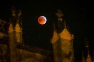 Fenomena super blood wolf moon terlihat di antara bangunan Katedral Tours, di Paris, Prancis. AFP Photo/Guillaume Souvant