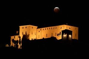 Penampakan super blood wolf moon di atas Castello della Manta, di Manta, dekat Cuneo, barat laut Italia. AFP Photo/Marco Bertorello