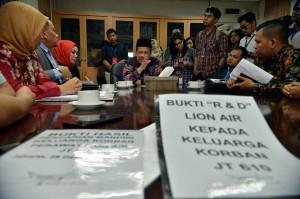 Wakil Ketua DPR Fahri Hamzah (ketiga kanan) menerima audiensi keluarga korban kecelakaan pesawat Lion Air PK-LQP dengan nomor penerbangan JT 610 di Kompleks Parlemen, Senayan, Jakarta, Senin, 21 Januari 2019. MI/M Irfan