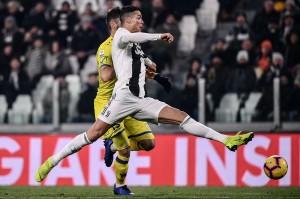 Bermain di Juventus Stadium, pemain kedua kesebelasan saling balas serangan di awal laga.