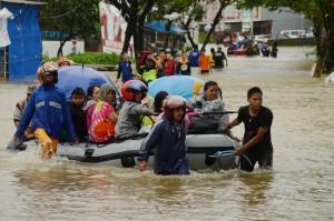 Tim relawan mengevakuasi warga korban banjir di Kelurahan Paccerakkang, Makassar, Sulawesi Selatan.