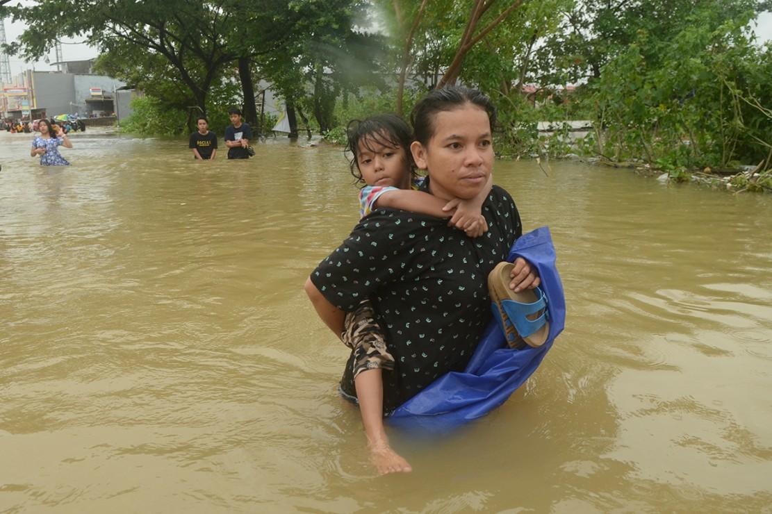 Akibat hujan deras disertai angin kencang, sejumlah wilayah di Kota Makassar terendam banjir.
