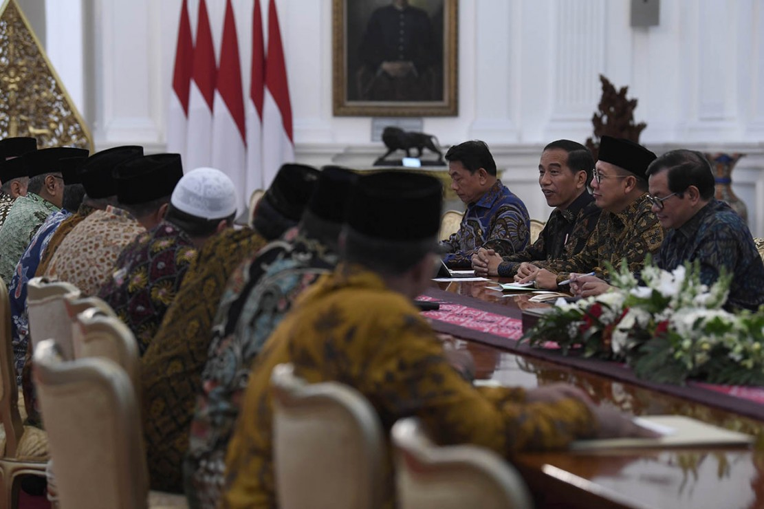 Presiden Joko Widodo (ketiga kanan), Menteri Agama Lukman Hakim Saifuddin (kedua kanan), Seskab Pramono Anung (kanan) dan Kepala Staf Presiden Moeldoko (keempat kanan) bertemu dengan pengurus Lembaga Persahabatan Ormas Islam (LPOI) di Istana Merdeka, Jakarta.