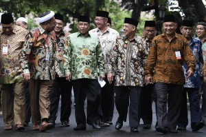 Para pengurus LPOI yang hadir dalam kesempatan itu adalah Sekretaris Umum Luthfi Tamimi, Aris Banaji (Al-Washliyah), Anwar Sanusi (Persatuan Tarbiyah Islamiy/PERTI), Zukifli (Ittihadiyah), Mohd. Faisal (Persis), Iqbal Sulam (Nahdlatul Ulama), Yantze (Persatuan Umat Islam/PUI), Deni (Perhimpunan Islam Tionghoa Indonesia/PITI), Khaeran M. Arif (Ikatan Dakwah Indonesia/Ikadi), dan Muflich Kholif (Syarikat Islam Indonesia/SII).