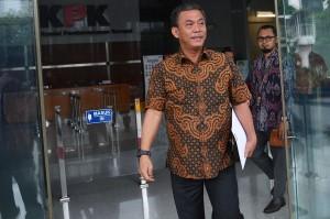 Ketua DPRD DKI Jakarta Prasetio Edi Marsudi (kiri) berjalan keluar dari Gedung KPK, Jakarta.