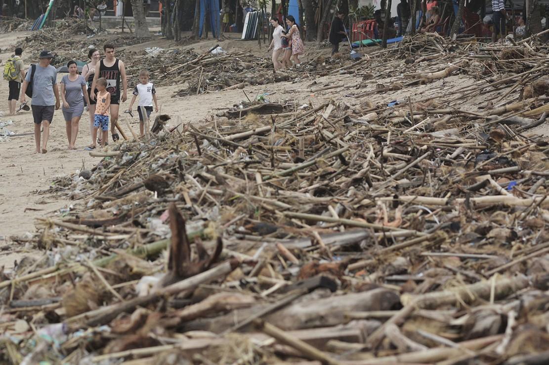 Sampah kiriman yang terdampar akibat gelombang tinggi dan angin kencang tersebut mengakibatkan aktivitas warga dan wisatawan di Pantai Kuta terganggu.