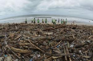 Akibat hal ini balawista Pantai Kuta, Kabupaten Badung, Bali, menutup Pantai Kuta bagi wisatawan.