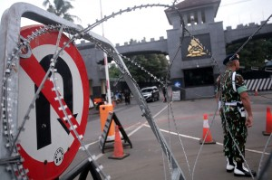 Petugas kepolisan mengatur lalu lintas di depan Mako Brimob Kelapa Dua Depok, Jawa Barat, Kamis, 24 Januari 2019.
