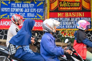 Sejumlah karangan bunga ucapan selamat atas bebasnya mantan Gubernur DKI Jakarta Basuki Tjahaya Purnama (BTP) menghiasi sekitar Mako Brimob Kelapa Dua Kota Depok. AFP Photo/Bay Ismoyo