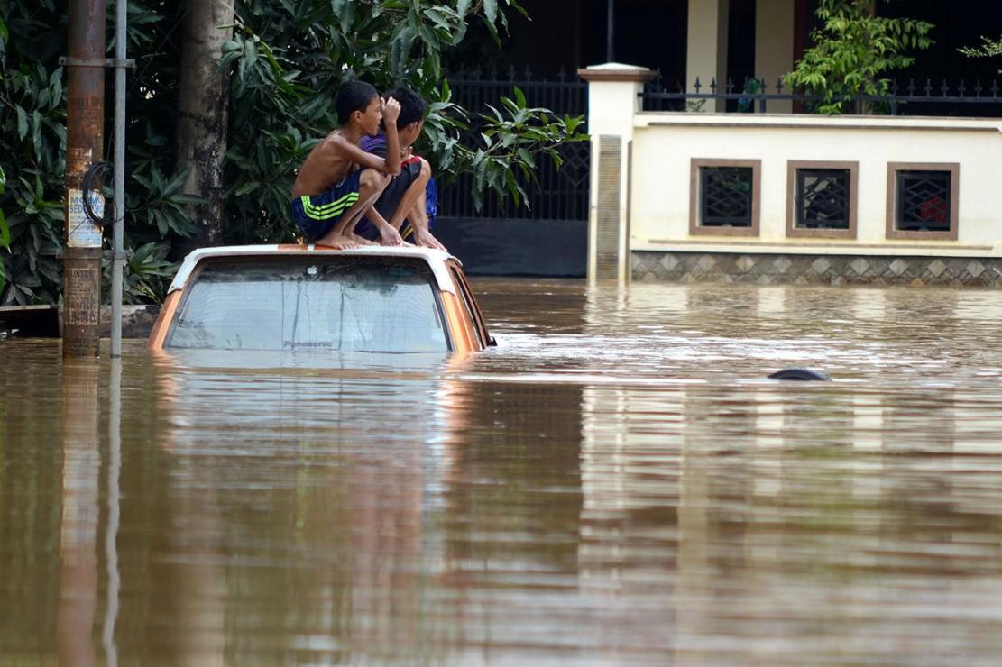 Luapan air Sungai Tello yang belum juga surut membuat Perumahan Bumi Bung Permai, Makassar masih tergenangi banjir yang mencapai ketinggian sekitar satu meter.