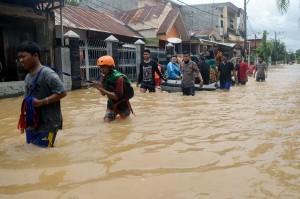 Tim relawan membantu warga mengevakuasi barangnya di Perumahan Bumi Bung Permai, Makassar, Sulawesi Selatan, Kamis, 24 Januari 2019.