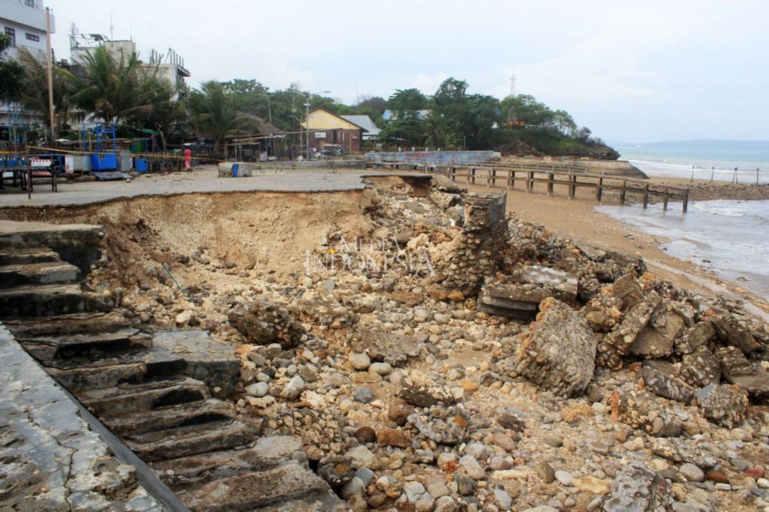 Pantai Teddys di Kelurahan Lai-Lai Besi Koepan, Kota Kupang, Nusa Tenggara Timur abrasi diterjang gelombang tinggi, Jumat, 25 Januari. MI/Palce Amalo