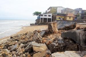 Dermaga yang dulu sering dipakai untuk bersandarnya kapal-kapal nelayan dan kini menjadi tempat jajanan yang menjual jagung bakar, pisang serta roti bakar sambil berwisata menikmati tenggelamnya matahari tersebut hancur diterjang gelombang tinggi. MI/Palce Amalo