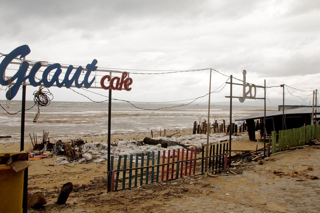 Kerusakan akibat gelombang tinggi tidak hanya terjadi di pesisir pantai Teddys. Sejumlah kafe berwarna yang juga menjadi lokasi wisata bagi warga Kota Kupang dan wisatawan dari luar Kupang juga rusak berat. Antara Foto/Kornelis Kaha