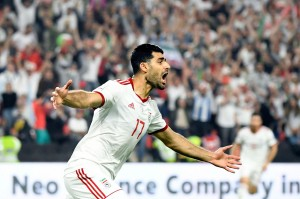 Gol pertama Iran terjadi pada menit ke-18. Azmoun dapat mencuri bola akibat kesalahan bek Tiongkok Feng Xiaoting sebelum memberikannya ke Taremi yang kemudian menjebol gawang lawan. Ini merupakan gol ketiganya di turnamen ini.