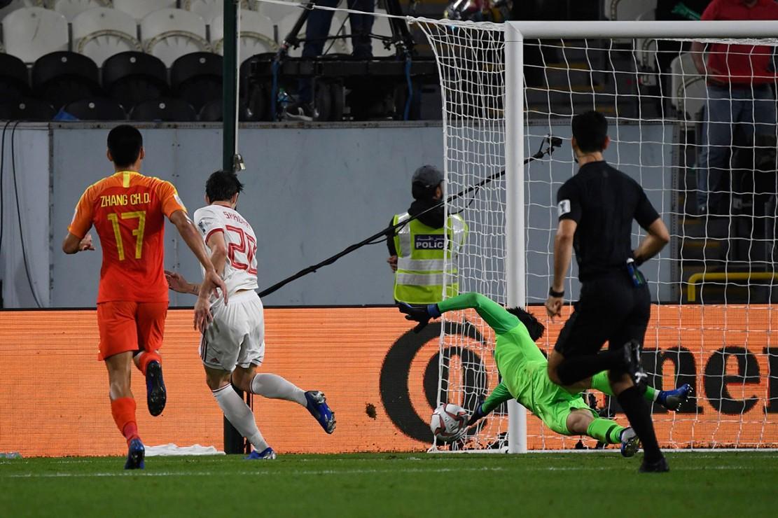 Gol kedua Iran terjadi pada menit ke-31 setelah Azmoun kembali memanfaatkan kesalahan lawan dan berhasil memenangi duel melawan Liu Yiming, sebelum pemain berjuluk 'Messi dari Iran' itu mengecoh kiper Yan Junling dan menceploskan bola ke gawang asuhan Marcelo Lippi tersebut.
