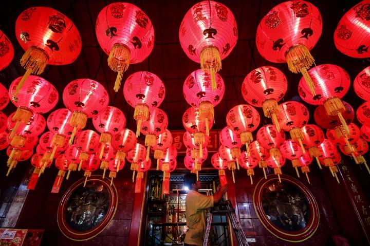 Kesibukan Warga Keturunan Tionghoa Jelang Imlek