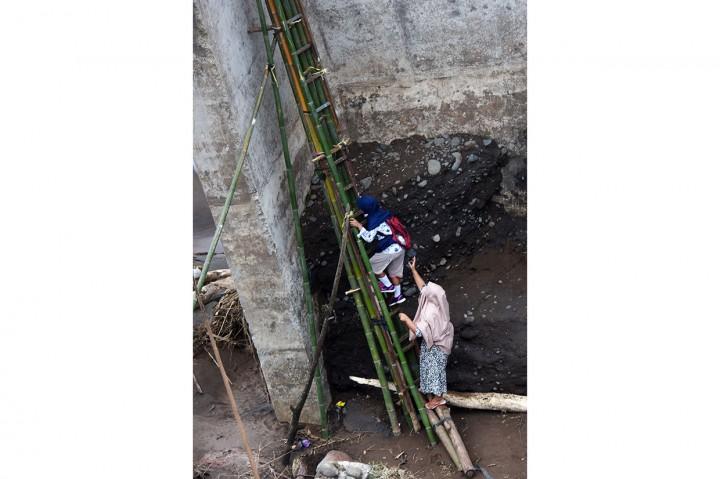 Nekatnya Warga Menyeberang Jembatan Ambruk di Gowa