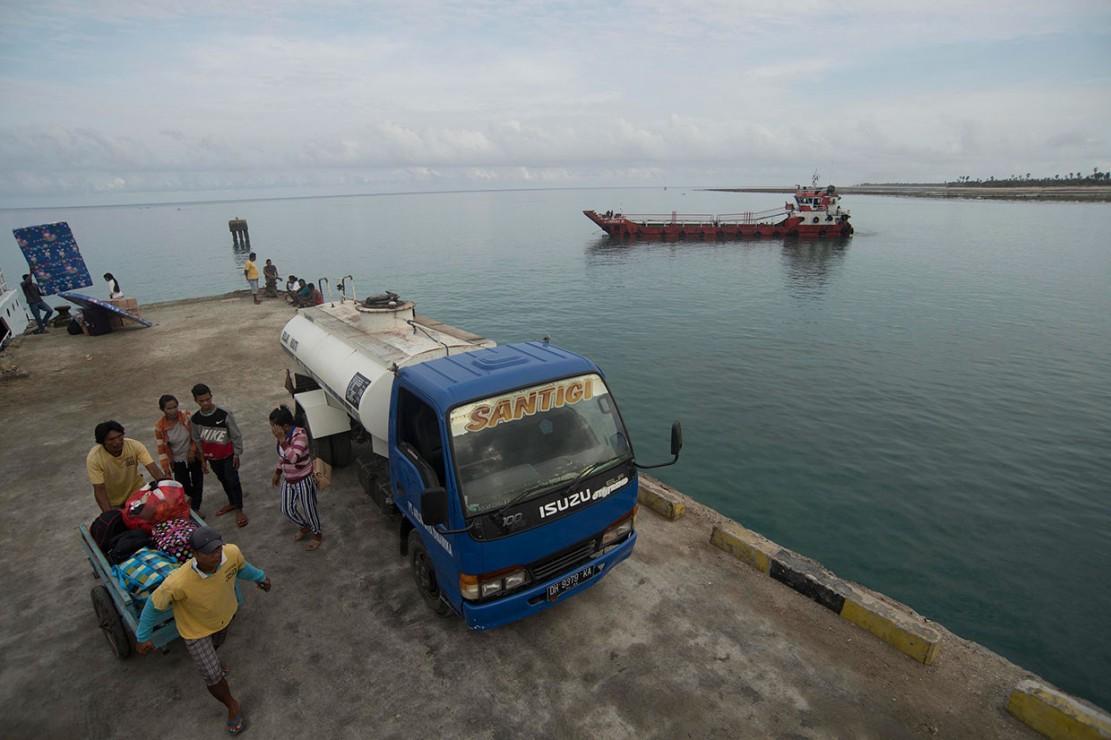 Untuk membawa pasokan BBM ke Pulau Sabu, bukan pekerjaan mudah. Harus menerjang lautan sekitar 20 jam, bahkan bisa 30 jam jika cuaca sedang tidak bersahabat. Dari Terminal BBM di Kupang, BBM dialirkan ke tangki kemudian baru dibawa ke dermaga untuk diisi ke kapal tongkang. Selanjutnya, kapal siap membawa BBM menyeberangi Laut Sabu (Savu Sea) menuju Sabu. BBM Satu Harga pun, mengalir menuju para petani bawang serta usaha kecil lainnya di Pulau Sabu. Sebuah perjuangan untuk keadilan energi, inilah BBM Satu Harga persembahan Pertamina untuk Indonesia tercinta.