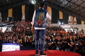 Capres nomor urut 01 Joko Widodo memakai jaket Suara Reformasi yang diberikan alumni Trisakti memberikan sambutan saat Deklarasi Alumni Trisakti di Basket Hall Gelora Bung Karno, Jakarta. MI/Bary Fathahilah