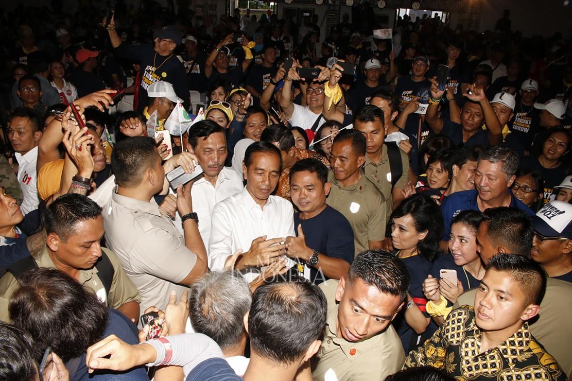 Capres nomor urut 01 Joko Widodo berswafoto dengan para alumni saat Deklarasi Alumni Trisakti di Basket Hall Gelora Bung Karno, Jakarta. MI/Bary Fathahilah