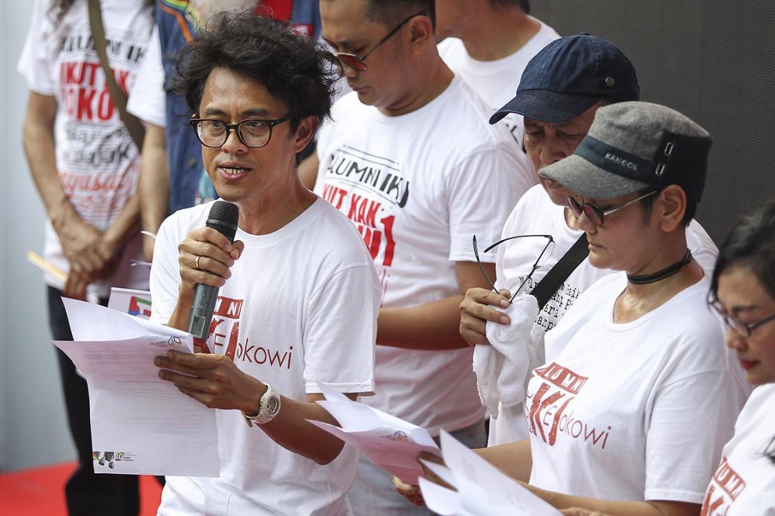 Sutradara yang juga alumni Institut Kesenian Jakarta (IKJ) Riri Riza (kiri) membacakan naskah deklarasi bersama untuk mendukung Capres dan Cawapres nomor urut 01 Joko Widodo-Ma'ruf Amin di Rumah Aspirasi Rakyat #01, Jakarta. Antara Foto/Dodo Karundeng