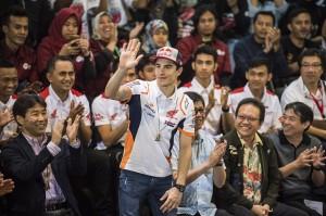 Pebalap MotoGP Marc Marquez melambaikan tangan kepada penggemarnya saat berkunjung di Saung Angklung Udjo, Bandung, Jawa Barat.