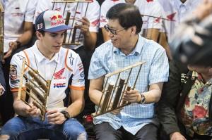 Marc Marquez dikenalkan dan bermain alat musik tradisional angklung yang terbuat dari bambu tersebut.