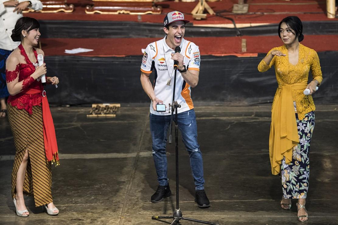 Penampilan ditutup dengan Marquez menyanyikan lagu Besame Mucho diiringi oleh permainan angklung oleh para peserta. Ia pun mengaku terkesan dengan pertunjukan tersebut.