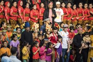 Pebalap MotoGP Marc Marquez (tengah) berfoto dengan pegiat budaya di Saung Angklung Udjo, Bandung, Jawa Barat.