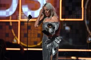 Beberapa jam sebelum namanya diumumkan sebagai pemenang di Grammy, penyanyi nyentrik ini sudah lebih dulu dihadiahi piala BAFTA yang berlangsung di London, Inggris. Artinya, Gaga mencatatkan diri sebagai penyanyi pertama yang memenangkan piala Grammy dan BAFTA secara bersamaan di hari yang sama. Afp Photo/Robyn Beck