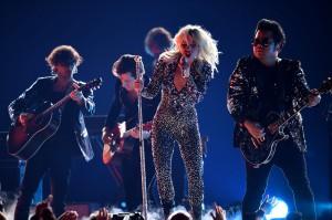 Sebelumnya, penyanyi nyentrik ini sudah lebih dulu dihadiahi piala BAFTA yang berlangsung di London, Inggris. Artinya, Gaga mencatatkan diri sebagai penyanyi pertama yang memenangkan piala Grammy dan BAFTA secara bersamaan di hari yang sama. Afp Photo/Robyn Beck
