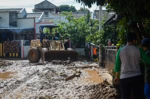 Pemilik rumah dibantu warga sekitar, TNI, Polri dan BPBD Kabupaten Bandung membersihkan sampah dan lumpur sisa banjir kemarin.