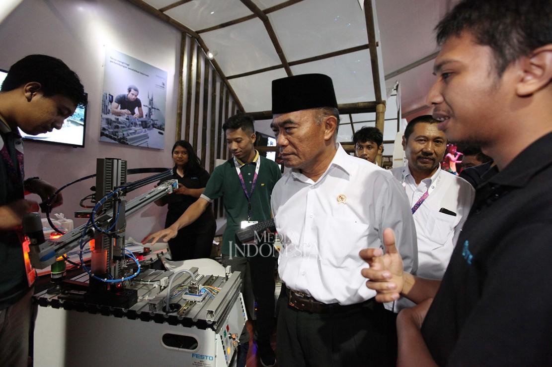 Menteri Pendidikan dan Kebudayaan Muhadjir Effendy (tengah) meninjau stand peserta ketika acara pameran pada Rembuknas Kementerian Pendidikan dan Kebudayaan di Gedung Pusdiklat Kemdikbud, Depok, Jawa Barat.