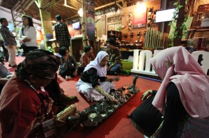 Pengunjung mencoba permainan tradisional Congklak ketika acara pameran pada Rembuknas Kemdikbud 2019.