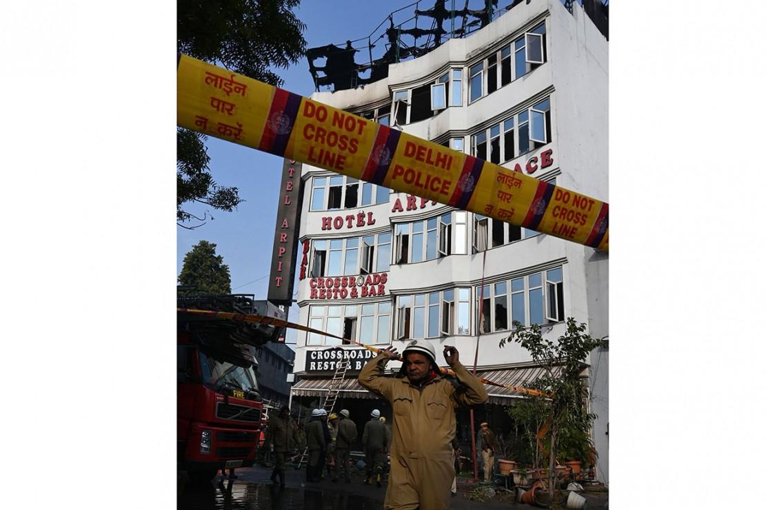 Delhi Fire Services (DFS) dan personel kepolisian Delhi bersiaga pascapemadaman kebakaran di Hotel Arpit Palace di New Delhi, Selasa, 12 Februari 2019.