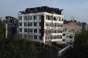 Sedikitnya 17 orang tewas setelah kebakaran melanda hotel bertarif murah berlantai empat di New Delhi tersebut pada Selasa dini hari waktu setempat. 35 orang berhasil diselamatkan oleh petugas pemadam kebakaran dari musibah tersebut.