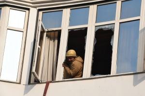Di antara korban tewas merupakan perempuan dan anak-anak yang mencoba menyelamatkan diri dengan melompat dari jendela saat kebakaran terjadi.