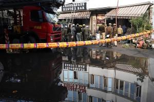 Api berhasil dipadamkan menjelang pagi dengan bantuan 25 mobil pemadam kebakaran.