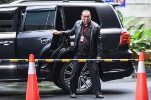 Ketua Komisi III DPR dari Fraksi Partai Golkar Kahar Muzakir turun dari mobilnya saat tiba di gedung KPK Jakarta, Selasa, 12 Februari 2019.