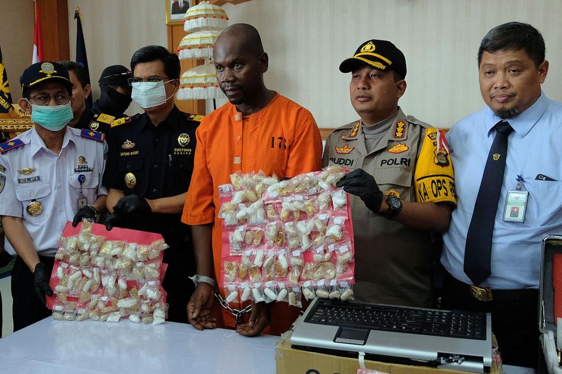 Petugas Bea Cukai dan polisi memperlihatkan barang bukti kapsul narkoba yang diselundupkan warga negara Tanzania Abdul Rahman Asman (ketiga kiri), dalam konferensi pers di Kantor Pelayanan Bea Cukai Bandara Ngurah Rai, Badung, Bali, Selasa, 12 Februari 2019. Antara Foto/Nyoman Hendra Wibowo