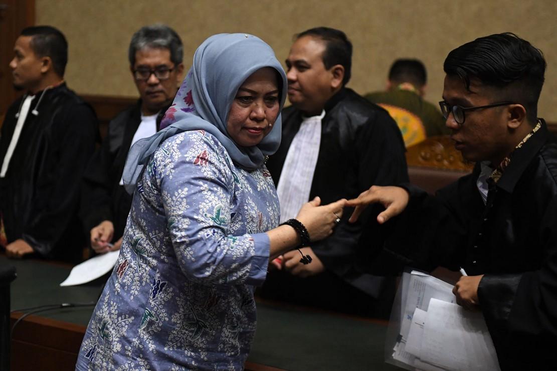 Terdakwa kasus dugaan suap DPRD Sumatera Utara Tiaisah Ritonga (kiri) berjalan meninggalkan ruangan usai mengikuti sidang pembacaan putusan di Pengadilan Tipikor, Jakarta, Kamis, 14 Februari 2019.