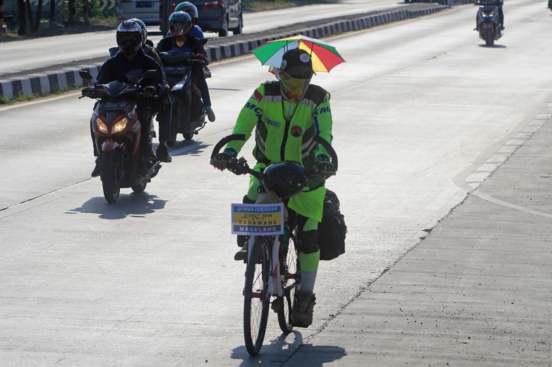 Bapak dan Anak Ini Mudik Ratusan Km Naik Sepeda - Medcom.id
