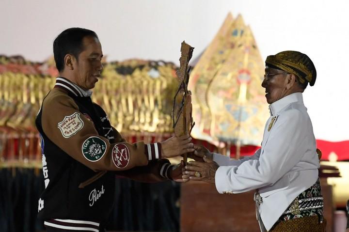 Jokowi Dihadiahi Wayang Kresna oleh Ki Manteb Sudarsono