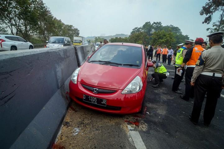 Polisi Olah TKP Kecelakaan Maut di Cipularang