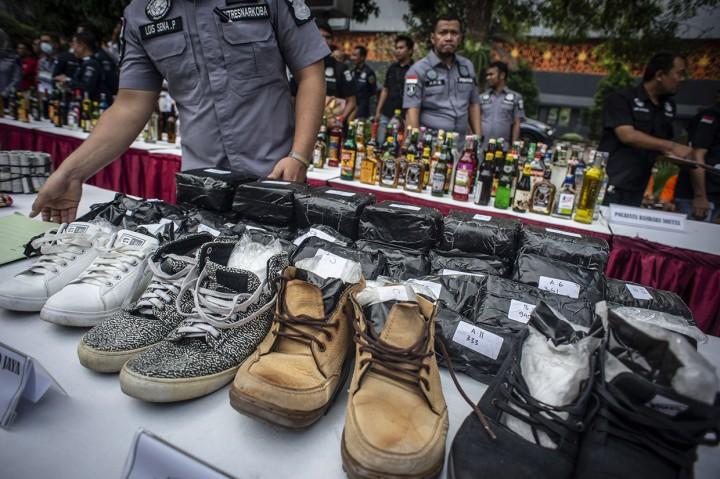 Polda Metro Jaya Musnahkan Puluhan Ribu Botol Miras dan Narkoba